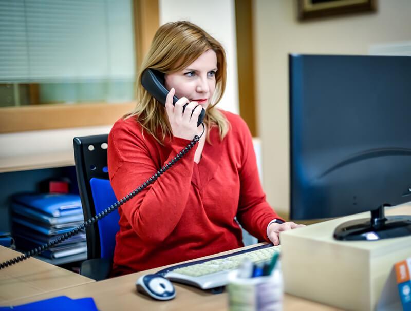 Clara trabajando en el área contable