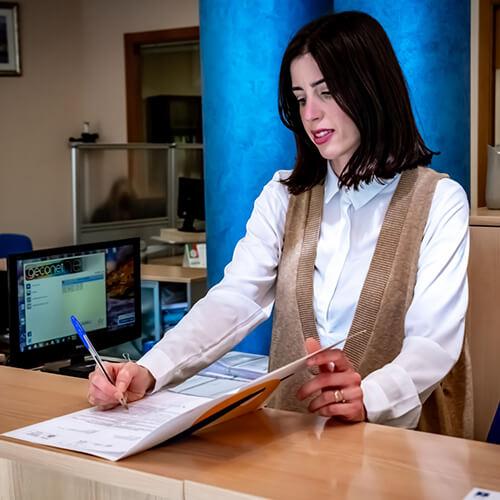 Esther trabajando en el área laboral