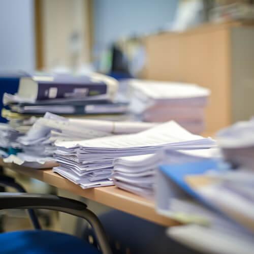 Mesas repletas papeles tramitaciones