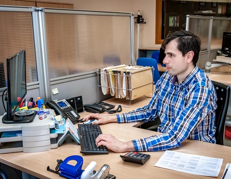Pablo trabajando en el área contable y fiscal